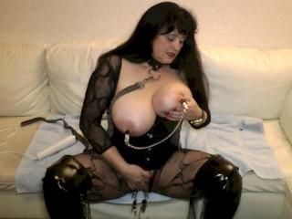 Pervers mit großen Brüsten